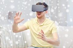 Hombre joven en auriculares de la realidad virtual o los vidrios 3d Foto de archivo