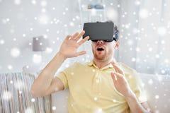 Hombre joven en auriculares de la realidad virtual o los vidrios 3d Fotos de archivo