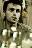Hombre joven en barra imagen de archivo libre de regalías