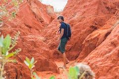 Hombre joven en barranco rojo cerca de Mui Ne, Vietnam meridional Foto de archivo