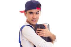 Hombre joven en caja de herramientas que se sostiene total Fotografía de archivo