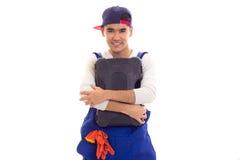 Hombre joven en caja de herramientas que se sostiene total Foto de archivo libre de regalías