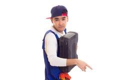 Hombre joven en caja de herramientas que se sostiene total Imagen de archivo libre de regalías