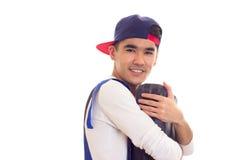 Hombre joven en caja de herramientas que se sostiene total Fotos de archivo