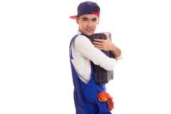 Hombre joven en caja de herramientas que se sostiene total Fotografía de archivo libre de regalías
