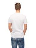 Hombre joven en camiseta blanca en blanco de la parte posterior Fotos de archivo