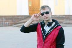 Hombre joven en chaleco rojo Imagen de archivo libre de regalías