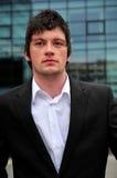 Hombre joven en chaqueta negra Fotos de archivo