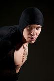 Hombre joven en cloack negro Fotos de archivo