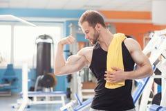 Hombre joven en club del gimnasio del deporte imágenes de archivo libres de regalías