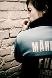 Hombre joven en club subterráneo Imagen de archivo