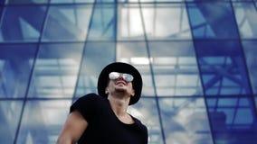 Hombre joven en danza del sombrero metrajes