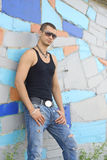 Hombre joven en desgaste de la calle Foto de archivo