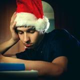 Hombre joven en dormir de Santa Hat Imagenes de archivo
