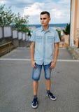 Hombre joven en el ambiente urbano Imagenes de archivo