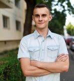 Hombre joven en el ambiente urbano Imagen de archivo