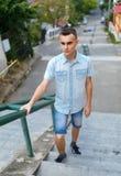 Hombre joven en el ambiente urbano Foto de archivo libre de regalías