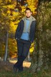 Hombre joven en el bosque del otoño Imagen de archivo