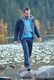 Hombre joven en el bosque del otoño Fotos de archivo