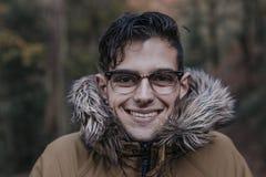 Hombre joven en el bosque en otoño Imagenes de archivo