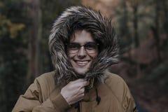 Hombre joven en el bosque en otoño Fotos de archivo