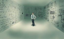 Hombre joven en el centro de un cuarto fotos de archivo libres de regalías