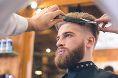 Hombre joven en el concepto de Barber Shop Hair Care Service Fotos de archivo libres de regalías