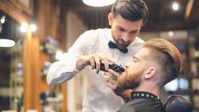 Hombre joven en el concepto de Barber Shop Hair Care Service Fotografía de archivo libre de regalías