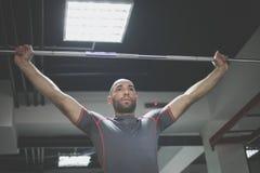 Hombre joven en el gimnasio Fotos de archivo
