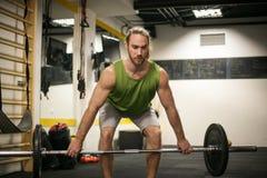 Hombre joven en el gimnasio Imagen de archivo libre de regalías