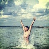 Hombre joven en el mar Foto de archivo libre de regalías
