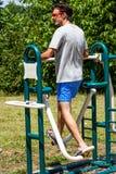 Hombre joven en el parque recreativo en de pasos fotos de archivo libres de regalías