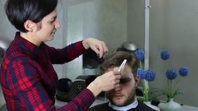 Hombre joven en el peluquero almacen de video