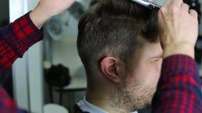 Hombre joven en el peluquero metrajes