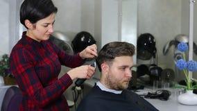 Hombre joven en el peluquero almacen de metraje de vídeo