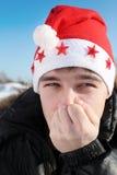 Hombre joven en el sombrero de santa Foto de archivo libre de regalías