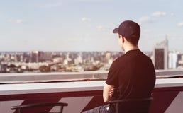 Hombre joven en el tejado de un edificio alto Foto de archivo