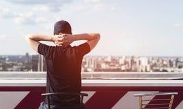 Hombre joven en el tejado de un edificio alto Imagenes de archivo