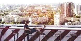 Hombre joven en el tejado de un edificio alto Fotografía de archivo libre de regalías