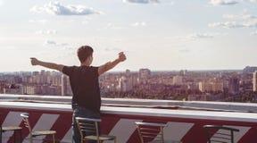 Hombre joven en el tejado de un edificio alto Imagen de archivo