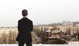 Hombre joven en el tejado de una casa alta Imagen de archivo