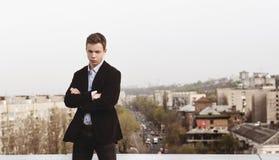 Hombre joven en el tejado de una casa alta Fotos de archivo