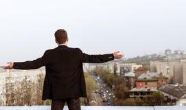 Hombre joven en el tejado de una casa alta Fotografía de archivo libre de regalías