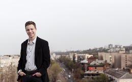 Hombre joven en el tejado de una casa alta Foto de archivo