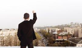 Hombre joven en el tejado de una casa alta Imagen de archivo libre de regalías