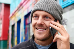 Hombre joven en el teléfono móvil Fotos de archivo libres de regalías