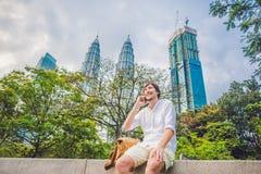 Hombre joven en el teléfono Vistiéndose en una camisa blanca, pantalones cortos beige El hombre de negocios hermoso joven en ropa Imágenes de archivo libres de regalías