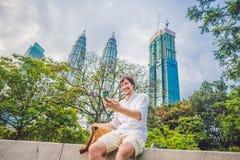 Hombre joven en el teléfono Vistiéndose en una camisa blanca, pantalones cortos beige El hombre de negocios hermoso joven en ropa Foto de archivo libre de regalías