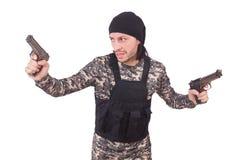 Hombre joven en el uniforme militar que sostiene el arma aislado Foto de archivo