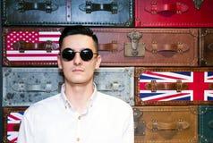 Hombre joven en gafas de sol Fotos de archivo libres de regalías